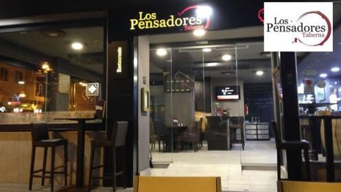 1 entrante + 2 principales + 1 postre + 2 bebidas en Taberna Los Pensadores