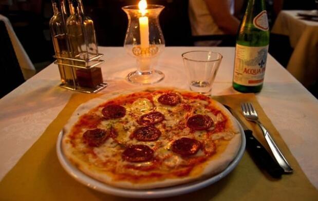 2 Pizzas + Botella de vino