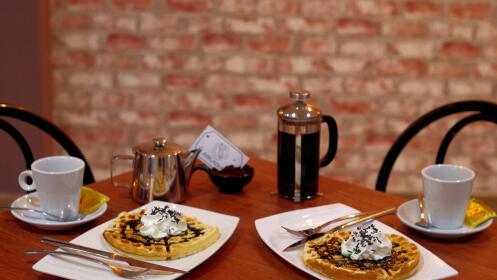 Disfruta de café o té + crepes y gofres para 2
