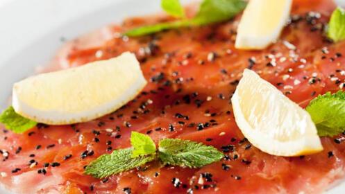 Menú fusión con carpaccio de atún, bandeja de sushi, arroz y jarra de bebida