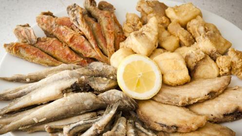 Fritura de pescado + ensalada + 2 bebidas