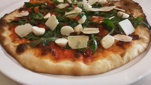 Entrante + 2 principales (risotto, pasta o pizza) + 2 postres + 2 bebidas