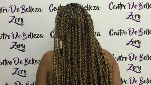 Sesión de peluquería con trenzas africanas