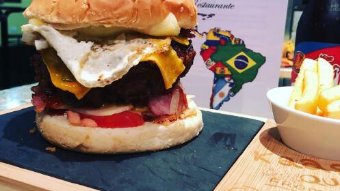 2 hamburguesas colombianas + ración de patatas con salsa + 2 bebidas