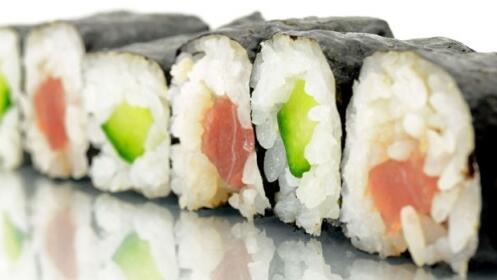 Menú de sushi para llevar con 2 entrantes + bandeja 22 piezas + botella de vino