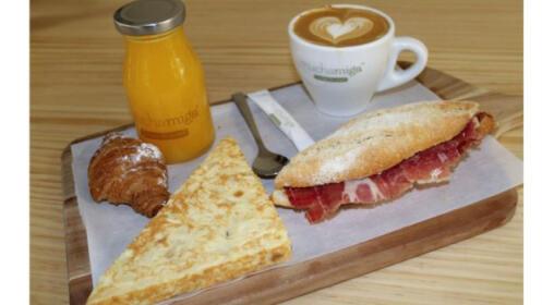 Disfruta de un brunch con café, tostada, tortilla, zumo y bollería